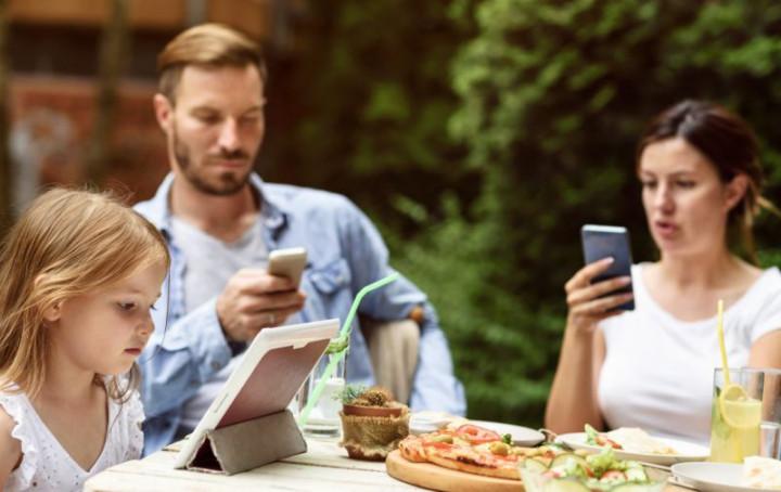 Пользователи смартфонов за столом
